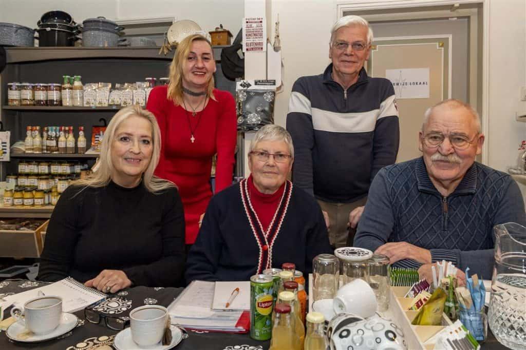De werkgroep Ambassadeurs Smerdiek-West met van links naar rechts: Denise Melsen, Debbie Pijpers, Tonny Breure, Piet van Zijst en Willem Salari. Op de foto ontbreekt Pierre Melsen.